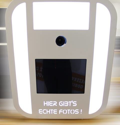 "photo booth with text ""hier gibt's echte fotos"""